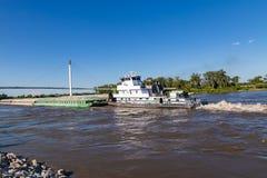 Una gabarra que se mueve hacia el norte en el río Missouri en Omaha foto de archivo