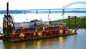 Una gabarra roja patrulla el río Misisipi cerca Memphis céntrica Foto de archivo