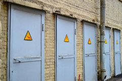 Una gama de puertas grises foto de archivo libre de regalías
