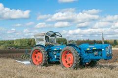 Una gama del vintage triplicó el tractor que tiraba de un arado imagen de archivo