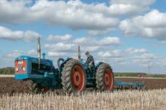 Una gama del vintage triplicó el tractor que tiraba de un arado foto de archivo