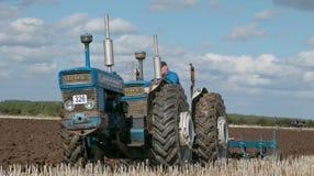 Una gama del vintage triplicó el tractor que tiraba de un arado foto de archivo libre de regalías