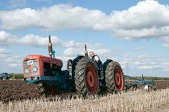 Una gama del vintage triplicó el tractor que tiraba de un arado fotografía de archivo