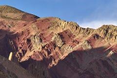 Una gamma di alta montagna di rocce è rossa e marrone, alternando a vicenda Fotografie Stock