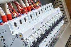 Una gamma di interruttori modulari nel Governo elettrico immagine stock libera da diritti