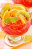 Una gelatina di tre colori con la frutta fotografia stock