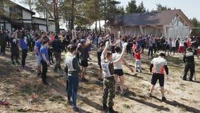 Una gente grande del grupo que hace ejercicio al aire libre bajo supervisión de un instructor metrajes