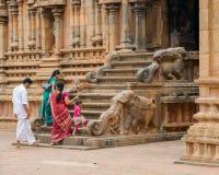 Una gente india no identificada en trajes nacionales entra en el Bri Fotografía de archivo