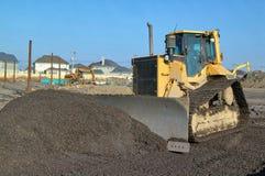 Una ghiaia commovente del bulldozer della costruzione Immagini Stock