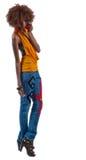 Una giovane bella donna di colore in jeans Fotografia Stock Libera da Diritti