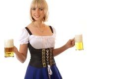 Una giovane birra bavarese bionda della holding della donna Immagini Stock Libere da Diritti