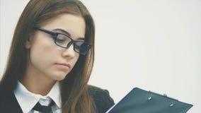 Una giovane condizione affascinante della ragazza di affari su un fondo bianco video d archivio