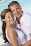 Una giovane coppia attraente alla spiaggia Immagine Stock