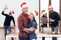 Una giovane coppia celebra ad una celebrazione corporativa immagine stock