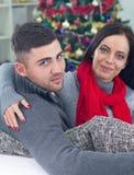 Una giovane coppia celebra la notte di Natale Fotografie Stock Libere da Diritti