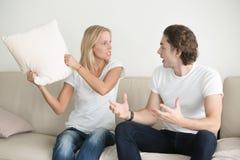 Una giovane coppia che litiga emozionalmente a casa immagine stock libera da diritti