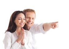 Una giovane coppia felice sopra priorità bassa bianca Immagine Stock