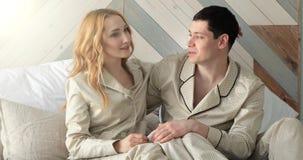 Una giovane coppia a letto di mattina stock footage