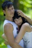 Una giovane coppia nella sosta Fotografie Stock Libere da Diritti