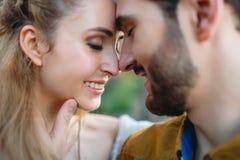 Una giovane coppia sorride e le fronti commoventi con chiude gli occhi Cerimonia di nozze di autunno all'aperto Sguardo dello spo Fotografia Stock Libera da Diritti