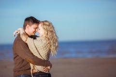 Una giovane coppia sta abbracciando alla spiaggia Fotografie Stock