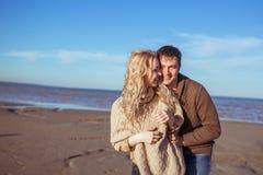 Una giovane coppia sta stando vicino ad a vicenda ed a sorridere Immagini Stock Libere da Diritti