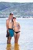 Una giovane coppia sulla spiaggia Fotografia Stock Libera da Diritti