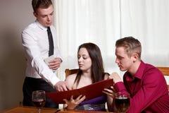 Una giovane coppia in un ristorante Fotografie Stock Libere da Diritti