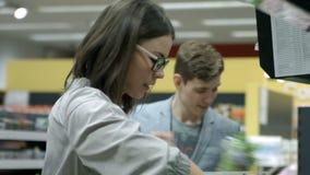 Una giovane coppia va a fare spese stock footage