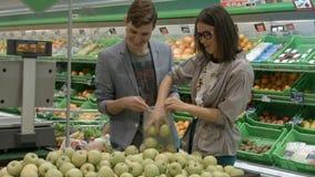 Una giovane coppia va a fare spese video d archivio