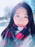 Una giovane donna asiatica nell'ambito della luce solare Fotografia Stock Libera da Diritti