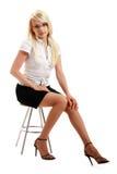 Una giovane donna attraente che si siede sulle feci immagini stock libere da diritti