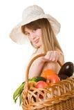 Una giovane donna attraente che tiene un cestino della ghiottoneria Immagini Stock Libere da Diritti