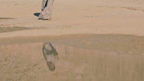 Una giovane donna attraente in ethno-vestiti si avvicina al lago in un giorno di estate caldo, afoso, soleggiato video d archivio