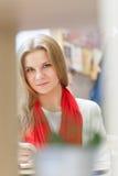 Una giovane donna attraente europea è libro di lettura e scrive una certa cosa in taccuino dalla penna sulla tavola dentro il caf immagini stock