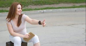 Una giovane donna attraente in un'aria aperta Immagini Stock