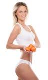 Una giovane donna bionda che tiene i pomodori freschi Fotografie Stock Libere da Diritti