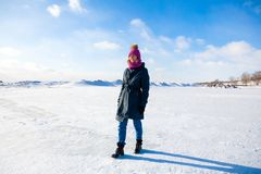 Una giovane donna in cappotto caldo fotografie stock libere da diritti