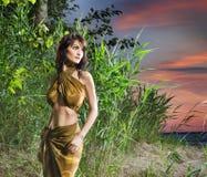 Una giovane donna castana che posa nella giungla verde Immagini Stock Libere da Diritti