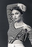 Una giovane donna caucasica 20s, 20-29 anni, posa del modello di moda Fotografie Stock Libere da Diritti