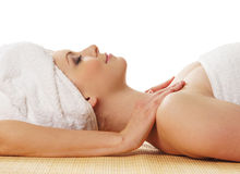 Una giovane donna caucasica su una procedura di massaggio della stazione termale Fotografia Stock Libera da Diritti