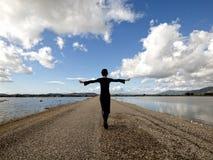 Giovane donna che cammina dal mare Immagini Stock