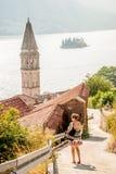 Una giovane donna che cammina nella vecchia città di Perast, Montenegro Fotografia Stock Libera da Diritti