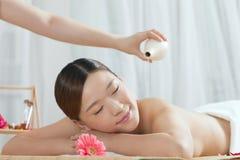 Una giovane donna che gode del massaggio Immagini Stock Libere da Diritti