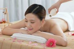 Una giovane donna che gode del massaggio Fotografia Stock