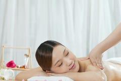 Una giovane donna che gode del massaggio Fotografia Stock Libera da Diritti