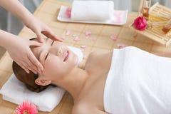 Una giovane donna che gode del massaggio alla stazione termale Immagini Stock Libere da Diritti