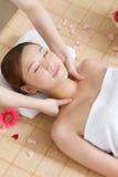 Una giovane donna che gode del massaggio alla stazione termale Fotografie Stock
