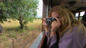 Una giovane donna che gode del viaggio su un treno vecchio archivi video