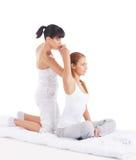 Una giovane donna che ottiene un massaggio tailandese tradizionale Fotografia Stock